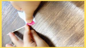 子どもが飾りつけ用のピックを作成する